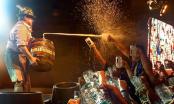 Cervecería Kunstmann organiza la primera Fiesta del Pinchado de Barril en Valdivia dentro de la planta cervecera.