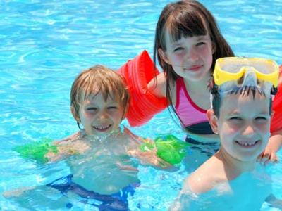 Cómo evitar enfermedades en niños al bañarse en la piscina.